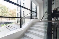 Σκαλοπάτια στο εταιρικό κτήριο Στοκ φωτογραφία με δικαίωμα ελεύθερης χρήσης