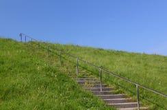 Σκαλοπάτια στο μπλε ουρανό στοκ εικόνα