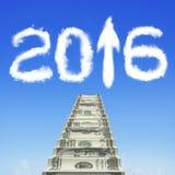 Σκαλοπάτια χρημάτων με το άσπρο βέλος του 2016 επάνω στα σύννεφα μορφής Στοκ φωτογραφία με δικαίωμα ελεύθερης χρήσης