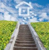 Σκαλοπάτι στον ουρανό και σπίτι από τα σύννεφα Στοκ Εικόνα