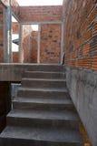 Σκαλών δομή και τουβλότοιχος τσιμέντου συγκεκριμένη Στοκ Φωτογραφίες
