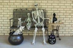 Σκελετοί αποκριών που διακοσμούν έναν πίνακα και έναν πάγκο στοκ φωτογραφία