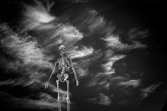 Σκελετός στα σύννεφα ελεύθερη απεικόνιση δικαιώματος
