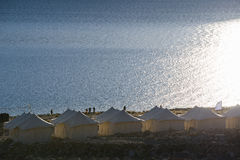 Σκεπασμένο με τέντα στρατόπεδο τουριστών στη λίμνη Pangong Φως και σκιά από την ανατολή Στοκ Εικόνες