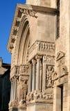 Σκεπαστή είσοδος πρόσοψης της εκκλησίας Αγίου Trophime, Arles, Γαλλία Στοκ Εικόνες