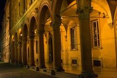 Σκεπαστή είσοδος πρόσοψης του Stefano Santo τή νύχτα, Μπολόνια Στοκ Φωτογραφία
