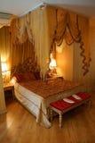 Σκεπαστό κρεβάτι Στοκ εικόνα με δικαίωμα ελεύθερης χρήσης