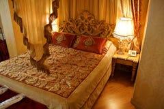 Σκεπαστό κρεβάτι Στοκ φωτογραφία με δικαίωμα ελεύθερης χρήσης