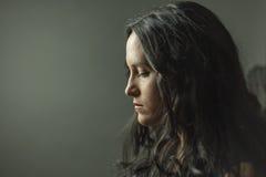Σκεπτικές περιμένοντας οδηγίες γυναικών στοκ εικόνα
