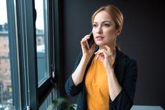 Σκεπτική αφήγηση κοριτσιών τηλεφωνικώς στην αρχή Στοκ εικόνα με δικαίωμα ελεύθερης χρήσης