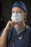Σκεπτική γιατρός ή νοσοκόμα που φορά την προστατευτική μάσκα προσώπου Στοκ φωτογραφία με δικαίωμα ελεύθερης χρήσης
