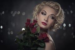 Σκεπτική γυναίκα με λουλούδια Στοκ φωτογραφία με δικαίωμα ελεύθερης χρήσης