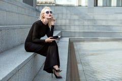 Σκεπτική γυναίκα με μια ταμπλέτα στοκ φωτογραφία με δικαίωμα ελεύθερης χρήσης