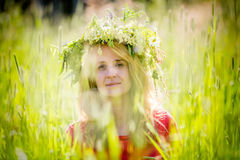 Σκεπτική γυναίκα με το στεφάνι Στοκ εικόνες με δικαίωμα ελεύθερης χρήσης