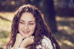 σκεπτική γυναίκα πορτρέτ&omicr Στοκ Εικόνες