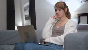 Σκεπτική γυναίκα που εργάζεται στο lap-top στην κρεβατοκάμαρα απόθεμα βίντεο