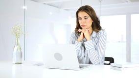 Σκεπτική γυναίκα που εργάζεται στο lap-top, τη σκέψη και τον προγραμματισμό απόθεμα βίντεο