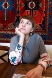 Σκεπτική γυναίκα στο εστιατόριο στοκ φωτογραφίες με δικαίωμα ελεύθερης χρήσης