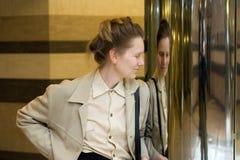 σκεπτική γυναίκα χαμόγε&lambda Στοκ Εικόνες