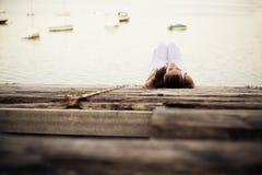 σκεπτική γυναίκα Στοκ φωτογραφίες με δικαίωμα ελεύθερης χρήσης