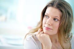 Σκεπτική γυναίκα στοκ εικόνα με δικαίωμα ελεύθερης χρήσης
