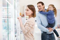 Σκεπτική ελκυστική οικογένεια που παίρνει το φάρμακο στοκ εικόνα με δικαίωμα ελεύθερης χρήσης