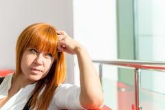 Σκεπτική επικεφαλής στήριξη στον καναπέ Στοκ φωτογραφία με δικαίωμα ελεύθερης χρήσης