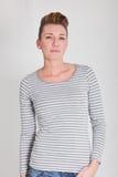 Σκεπτική ελκυστική ώριμη γυναίκα Στοκ Φωτογραφίες