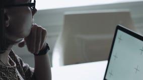 Σκεπτική θηλυκή εργασία στο lap-top φιλμ μικρού μήκους