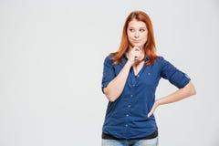 Σκεπτική καλή σκέψη γυναικών χαμόγελου redhead νέα Στοκ Εικόνες