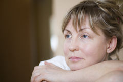 Σκεπτική μέση ηλικίας γυναίκα Στοκ Εικόνες