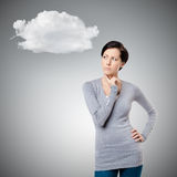 Σκεπτική νέα κυρία με το σύννεφο στοκ φωτογραφίες