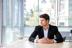 Σκεπτική νέα συνεδρίαση επιχειρηματιών και σκέψη στην αρχή Στοκ Φωτογραφία