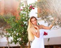 Σκεπτική πόλης οδός κοριτσιών την άνοιξη με το ανθίζοντας δέντρο Στοκ εικόνα με δικαίωμα ελεύθερης χρήσης