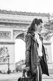 Σκεπτική σύγχρονη γυναίκα κοντά Arc de Triomphe στο Παρίσι, Γαλλία Στοκ φωτογραφία με δικαίωμα ελεύθερης χρήσης