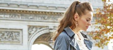 Σκεπτική σύγχρονη γυναίκα κοντά Arc de Triomphe στο Παρίσι, Γαλλία Στοκ εικόνα με δικαίωμα ελεύθερης χρήσης