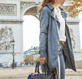 Σκεπτική σύγχρονη γυναίκα κοντά Arc de Triomphe στο Παρίσι, Γαλλία Στοκ φωτογραφίες με δικαίωμα ελεύθερης χρήσης