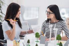 Σκεπτικοί θηλυκοί μηχανικοί που βρίσκουν τις ιδέες Στοκ Φωτογραφίες