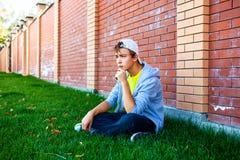 Σκεπτικός έφηβος υπαίθριος Στοκ Φωτογραφίες