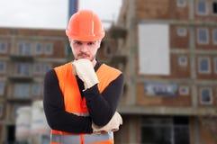 Σκεπτικός αρσενικός μηχανικός έξω μπροστά από την οικοδόμηση Στοκ εικόνες με δικαίωμα ελεύθερης χρήσης