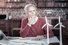Σκεπτικός αρσενικός μηχανικός που ψάχνει για τις ιδέες Στοκ εικόνα με δικαίωμα ελεύθερης χρήσης