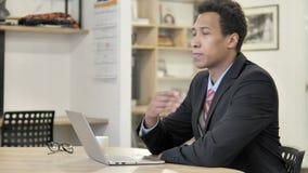 Σκεπτικός αφρικανικός επιχειρηματίας που σκέφτεται στην εργασία απόθεμα βίντεο
