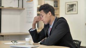 Σκεπτικός αφρικανικός επιχειρηματίας που σκέφτεται το νέο σχέδιο απόθεμα βίντεο