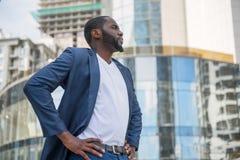 Σκεπτικός αφρικανικός επιχειρηματίας στη μεγάλη πόλη Στοκ εικόνες με δικαίωμα ελεύθερης χρήσης
