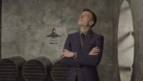 Σκεπτικός επιχειρηματίας που ανατρέχει στις βαθιές σκέψεις απόθεμα βίντεο