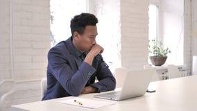 Σκεπτικός επιχειρηματίας που σκέφτεται και που εργάζεται στο lap-top φιλμ μικρού μήκους