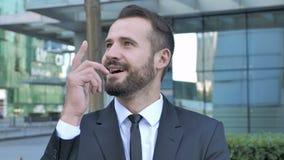 Σκεπτικός επιχειρηματίας που σκέφτεται, νέο πρόγραμμα 'brainstorming' απόθεμα βίντεο
