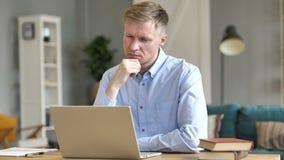 Σκεπτικός επιχειρηματίας που σκέφτεται τη νέα ιδέα στην εργασία απόθεμα βίντεο