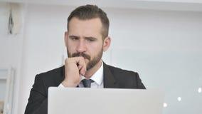 Σκεπτικός επιχειρηματίας που σκέφτεται το νέο σχέδιο απόθεμα βίντεο