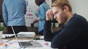 Σκεπτικός εργαζόμενος γραφείων αρσενικών που εξετάζει τη οθόνη υπολογιστή με τα στοιχεία απόθεμα βίντεο